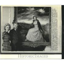1972 Press Photo Queen Elizabeth II portrait unveiled by artist Joseph Wallace