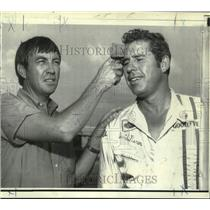1970 Press Photo Talladega 500 qualifiers Bobby Issac and Dave Pearson cool off