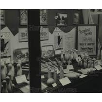 1937 Press Photo Bowling exhibit on display in a State St. window of The Journal