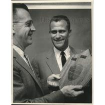 1958 Press Photo Lew Burdette of Milwaukee Braves receives Red Dunn award