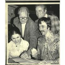 1976 Press Photo Bill Veeck of White Sox initialed contract for Curt Ranstack.
