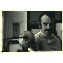 1979 Press Photo Fencer Elliott Richmond demonstrates the en garde position.