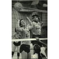 1981 Press Photo Marquette University's Peggy Hoppa & Carolyn Turner, Volleyball