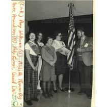 1983 Press Photo David Dali, Girl Scout members, new troop ceremony, Wisconsin.