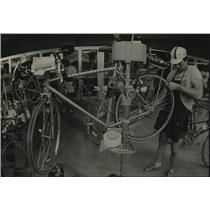 1983 Press Photo Andy Gehring of Wheels & Board bicycle shop in Green Bay