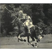 1983 Press Photo Robin Uihlein Races Toward Ball During Semifinal, Uihlein Field
