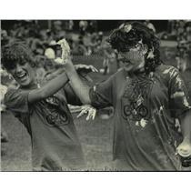 1984 Press Photo Cyclists Carol Schaenzer & Gayla Greis in a shaving cream fight