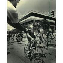 1984 Press Photo Rider Gets Water Break During Milwaukee Sentinel Classic