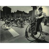 1984 Press Photo Dennis Olson, Wisconsin Wheelmen, watches PAC race Kilbourn Ave