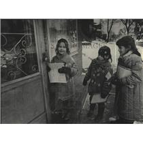 1986 Press Photo Girl Scouts selling cookies at the door of a Wisconsinite