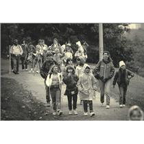 1987 Press Photo Milwaukee Girl Scout Troop 1832 hikes through Juneau Park