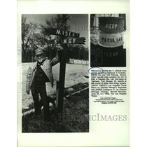 1988 Press Photo Mayor of Tightwad, MO, Tom Skaggs at corner of Miser and Stingy