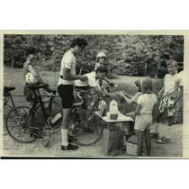 1988 Press Photo Bicyclists on SAAGBRAW East Route with children, Cleveland.
