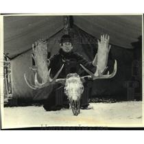 1991 Press Photo Nate Vance with skull of moose he shot - mjc36490
