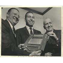 1968 Press Photo Bart Starr, Green Bay Packers Football Player, Receiving Plaque
