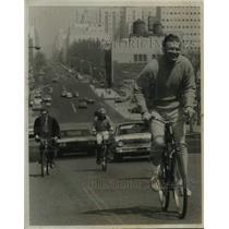 1970 Press Photo John Lindsay rides bicycle on New York street - tua25937