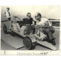 1971 Press Photo Jim Page gets advice on his racer in New Orleans - noo31125