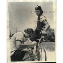 1975 Press Photo Last-minute cleat adjustment for bike racer Boyd Find