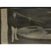 1976 Press Photo Oakland Raiders Football Coach John Madden Inspects Turf