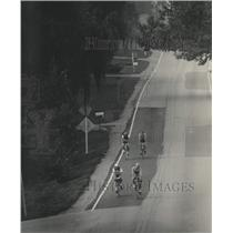 1983 Press Photo Cyclists on River Road, Milwaukee Sentinel Century bicycle tour