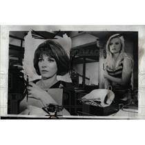 1967 Press Photo Lee Grant & Brooke Bundy - RRW70379