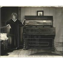 1975 Press Photo Sandra Gueno and her 80-year-old hurdy-gurdy - noo28543