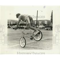 1986 Press Photo Jun Moh practices bike riding at Lakeside Center parking lot