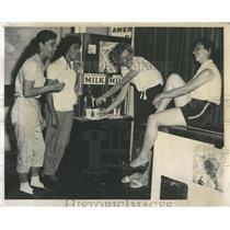 1959 Press Photo Mexican Pan-Am girls milk break - RRW52155