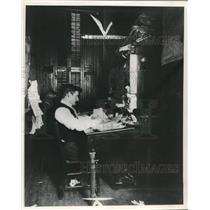 1908 Press Photo Manager Wally Waltham editing at desk, Milwaukee Journal