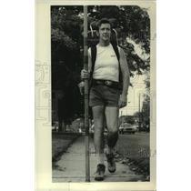 "Press Photo Traveler Harry Lee ""Hawk"" McGuinnes walks through New York"