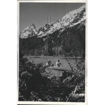 1977 Press Photo Canoeists on String Lake, Grand Teton National Park, Wyoming
