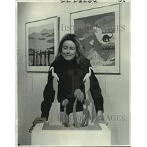 1975 Press Photo Mrs. Barbara Muniot admires work of Jim Clover at Stern Gallery