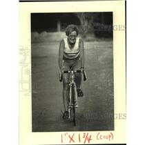 1984 Press Photo Bicycling - Triathlete Lyle Morehouse works out on her bike