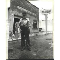 1984 Press Photo Orin Haug Gas Station Owner Watson Min