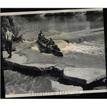 1966 Press Photo Bob Leonard Paddlers Dampened At Dam