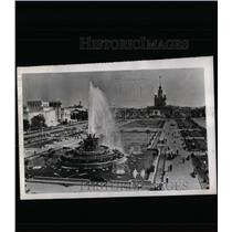 1956 Press Photo Huge Fountain Dominate Ground USSR Agr