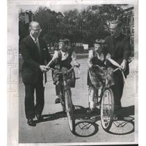 1962 Press Photo Loundy Rev. Rosemeyer present bikes tw- RSA19263