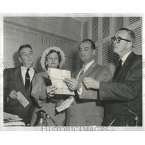 1959 Press Photo Helen Lynch Reads Letter To Castro Pleading For Son's Release