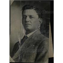 1928 Press Photo Canary Wilson Endeavor Avoid Man Car - RRW78829