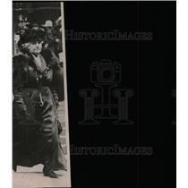 1910 Press Photo Walking woman - RRW78527