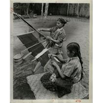 1955 Press Photo Guatemalan Women Weaving Family Looms - RRX71837