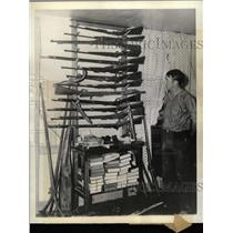 1935 Press Photo H H Rogers Rifles Hunting Equipment - RRX74021