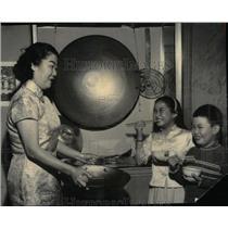 1964 Press Photo Children Show Mom Chopstick Skills - RRX14423