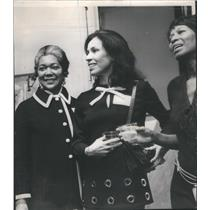 1971 Press Photo Mrs Remick McDonald and Mrs Thresa Hooks with Mrs Henry Paschen