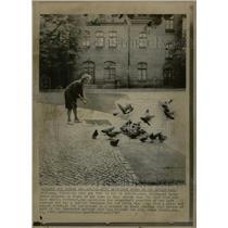 1967 Press Photo Hildegard Merms Pigeons Berlin Wall