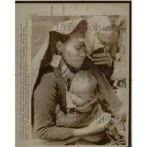 1975 Press Photo Vietnamese Refugee Mother w/ her child - RRX70755