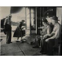 1950 Press Photo Arthritis victim Uranium tunnel store - RRW67117
