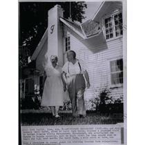 1959 Press Photo Mr. & Mrs. Roswell Bob Garst At Farm - RRX31939