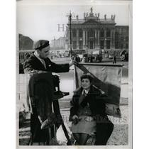 1956 Press Photo Tourist Blocks Statue Out Of Picture - RRX70421