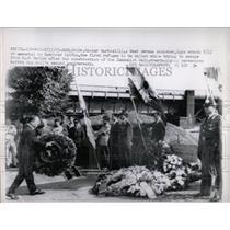 1963 Press Photo Refugee Communist Wall Berlin Germany - RRX78317